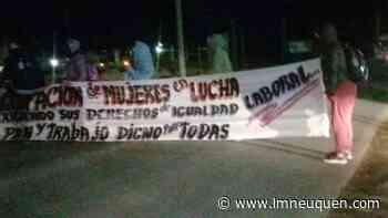 Mujeres desocupadas cortan el tránsito en la Ruta 22 en Cutral Co - LM Neuquén