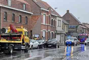 Vier wagens betrokken bij ongeval in dorpskern (Ieper) - Het Nieuwsblad