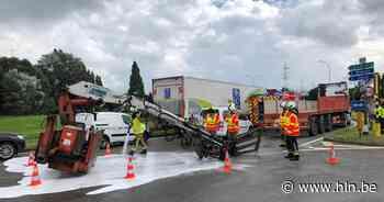 Kraan valt van vrachtwagen op rondpunt Wommelgem - Het Laatste Nieuws