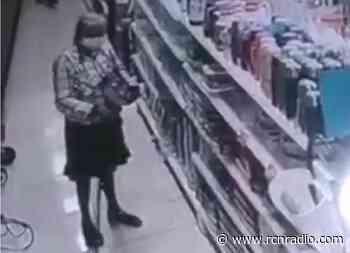 Graban a anciana tratando de robar una olla en supermercado de Piedecuesta - RCN Radio