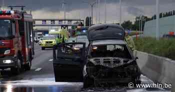 Wagen uitgebrand na kleine kettingbotsing op E17 in Kruibeke - Het Laatste Nieuws