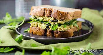 Sandwich ripieno di crema di ceci e avocado con olive e rucola - Vegolosi.it