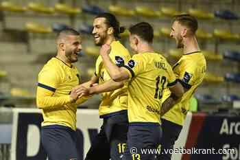 📷 Manneken Pis kleurt geel-blauw voor de Brusselse derby - Voetbalkrant.com