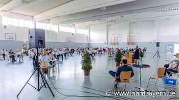 94 Absolventen der Forchheimer FOS bekommen ihr Abschlusszeugnis überreicht - Nordbayern.de