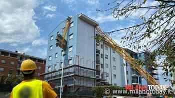 Gru crolla su un palazzo a Rozzano (Milano): aperta inchiesta per disastro colposo - MilanoToday.it