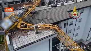 Maltempo a Milano, una gru crolla su un palazzo a Rozzano, nessun ferito - il Giornale
