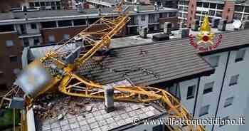 Maltempo a Milano, gru crolla su un palazzo a Rozzano per il forte vento: nessun ferito, 24 famiglie evacuate - Il Fatto Quotidiano
