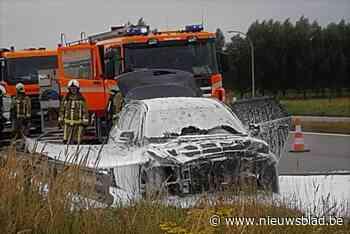 Auto brandt uit langs drukke ringweg (Roeselare) - Het Nieuwsblad