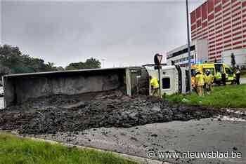 Rotonde onder de mest: vrachtwagen kantelt, bestuurder moet worden bevrijd - Het Nieuwsblad