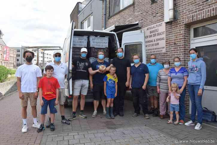 """Bakkers Wim Van Der Bracht en Ben De Wilde steunen slachtoffers overstromingen met vier bestelwagens vol voeding en kledij: """"Vele handen maken licht werk""""<BR />"""