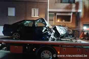 """Bestuurder heeft net rijbewijs en veroorzaakt schade aan vier wagens en voorgevel in Dikkebus: """"Zo'n knal had ik nog nooit gehoord"""""""