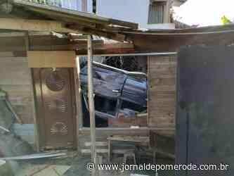 Carro cai em ribanceira, destrói casa e deixa dois feridos - Jornal de Pomerode