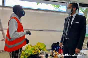 Vluchtelingen bouwen mee aan klaslokalen terwijl asielaanvra... (Herent) - Het Nieuwsblad