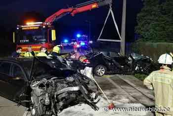 Zware auto's botsen frontaal in bocht: drie gewonden