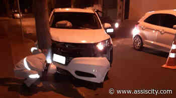 Estudante perde controle de carro e bate em poste em Assis - Assiscity