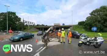 Kraan valt van vrachtwagen op rotonde Wommelgem - VRT NWS