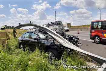 Auto helemaal onder vangrail: inzittenden komen goed weg bij spectaculair ongeval langs autoweg
