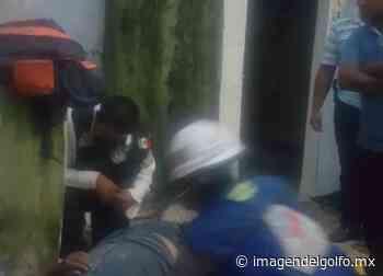 En Xalapa, paramédicos auxilian a hombre que cayó de casa de dos pisos - Imagen del Golfo