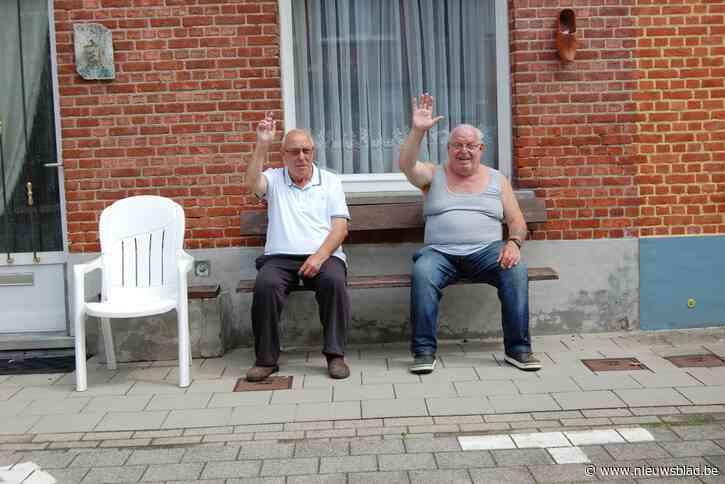 """56 (!) jaar zaten Willy (71) en Valeré (81) vanop hun bankje naar voorbijgangers te kijken: """"We krijgen een zere arm van al dat zwaaien naar het vele verkeer"""""""
