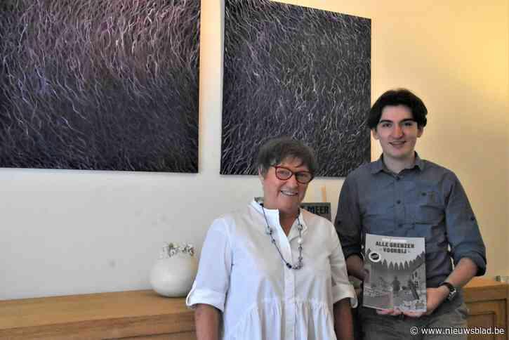"""Dinora (67) tovert haar woning om tot kunsthuis met een missie: """"Veel kunstenaars kunnen een duwtje in de rug gebruiken"""""""