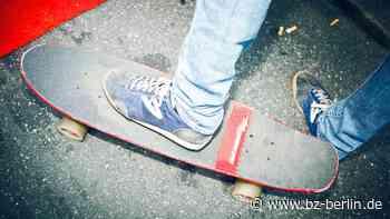 Duo tritt Jugendlichen vom Skateboard und verprügelt ihn damit - B.Z. Berlin