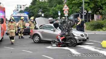 Motorrad landet bei Crash auf Autodach – Biker schwer verletzt - B.Z. Berlin