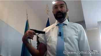 L'ex M5s no vax Davide Barillari si punta una pistola al braccio per protestare contro i vaccini