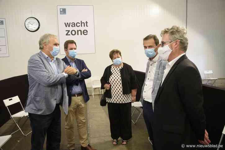 """Burgemeesters vragen minister meer duidelijkheid over sluiting vaccinatiecentra: """"We zitten momenteel boven budget"""""""
