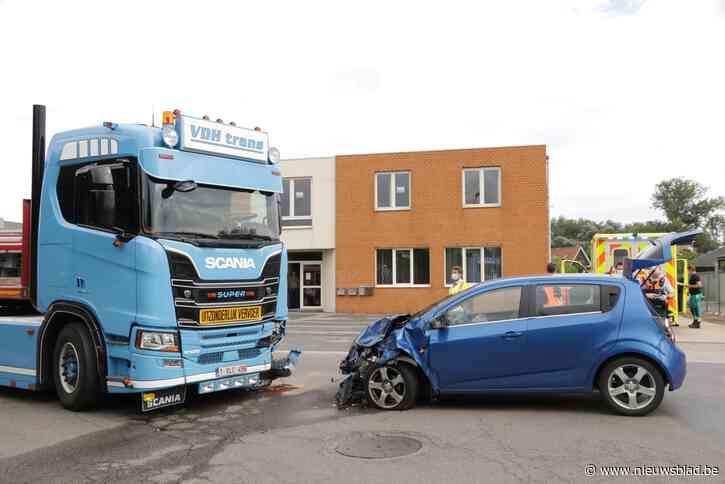 Moeder en kinderen gewond na frontale botsing met vrachtwagen