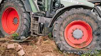 Traktor mit Menschen auf Anhänger kippt in Kreisverkehr um - 20 Verletzte