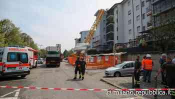 A Rozzano gru cade su palazzo, evacuati gli inquilini. Tra le cause possibili le conseguenze del maltempo - La Repubblica