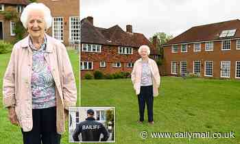 Viscountess, 92, used her 'father's best naval language' at bailiffs