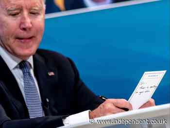 Biden reads 'Sir, there is something on your chin' note passed to him by brave aide