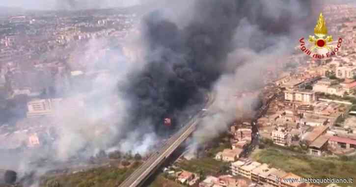 Catania brucia a causa di diversi incendi: famiglie evacuate e aeroporto Fontanarossa che ha sospeso le attività