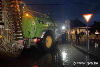 Landbouwer springt bij met beerkar om te voorkomen dat water in woning stroomt - Gazet van Antwerpen