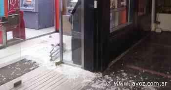 Villa Allende: no estaban robando el banco... eran dos perros que hicieron saltar la alarma - La Voz del Interior