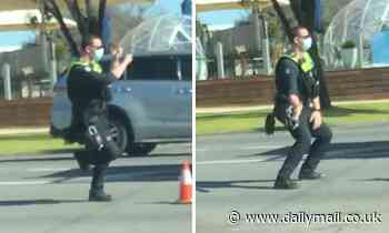 Traffic controller brings joy to those in lockdown by dancing at border between Victoria and NSW