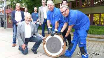 Ein Gully zum Geburtstag: SEB-Mitarbeiter in Bergkamen bedanken sich beim Ex-Bürgermeister Roland Schäfer - wa.de