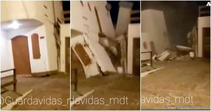 La mareggiata si porta via la casa costruita in riva al mare: la sequenza impressionante, dalle onde al crollo (video)