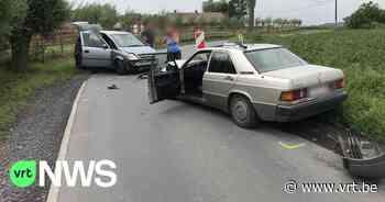 Twee gewonden na frontale botsing in Torhout - VRT NWS