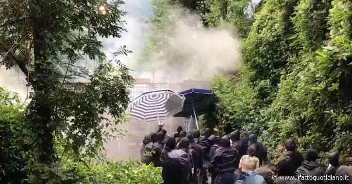 Val di Susa, assedio No Tav al cantiere dell'alta velocità. La polizia risponde con il lancio di lacrimogeni (video)