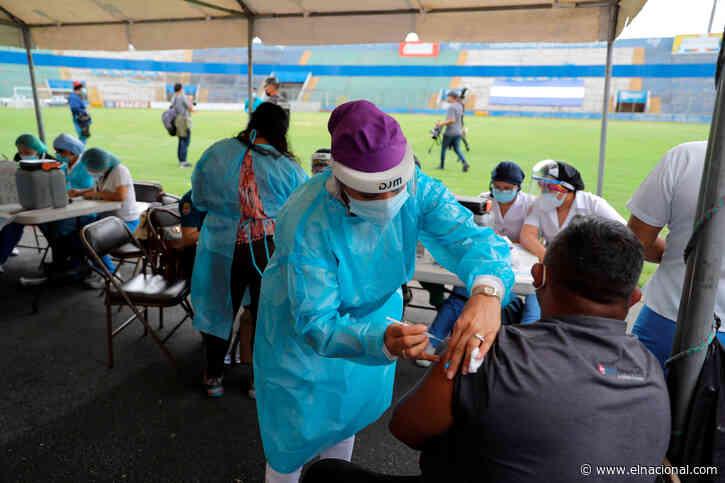 Miles de hondureños madrugan por primera o segunda vacuna contra el covid-19
