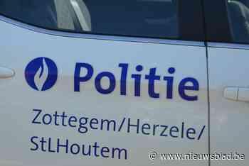Vuilniswagen botst tegen geparkeerde auto (Zottegem) - Het Nieuwsblad