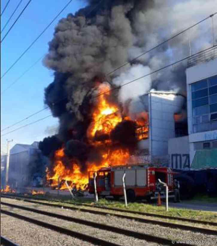 Impactante incendio en la cervecería Quilmes - LA NACION