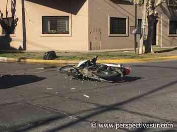Violento choque entre un auto y una moto en Quilmes centro - Perspectiva Sur