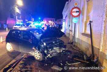 Auto belandt tegen gevel: twee gewonden naar ziekenhuis