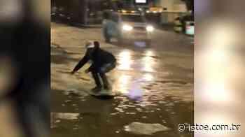 Assista: Surfista aproveita ressaca no Rio de Janeiro e 'pega onda' no meio da rua - ISTOÉ
