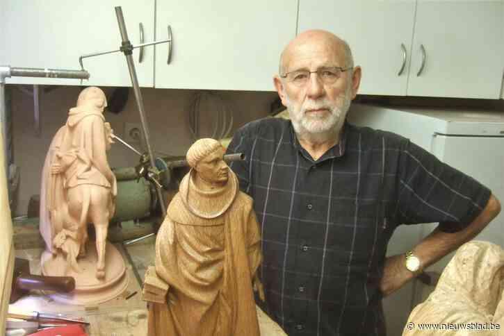 """Joris (80) maakt Pleuranten van Dijon minutieus na in zijn Eekloos atelier: """"Eerst boetseren in klei, daarna uitsnijden in eikenhout""""<BR />"""