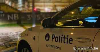 Auto vat vuur nadat bestuurder bocht mist en in winkelvitrine rijdt - Het Laatste Nieuws