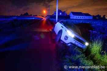 Hulpdiensten opgeroepen voor automobilist in gracht (Meulebeke) - Het Nieuwsblad